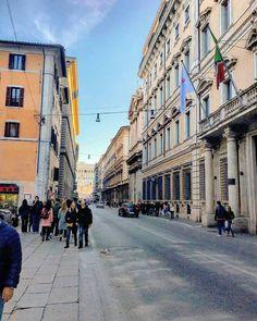 Tutte le strade portano a Roma, dicono. Eppure molti giovani italiani, la nostra bella Capitale, non l'hanno mai vista. Siamo rapidi a pianificare gite last-minute all'estero, eppure ci dimentichia…