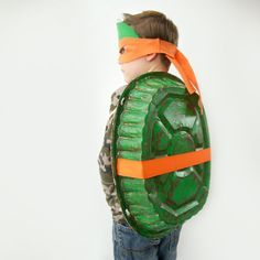 Does your child LOVE the Ninja Turtles? Want a cheap Halloween costume? Then help your kids make a no-sew TMNT costume. It's an easy and fun kids craft!