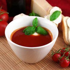 Rychlá rajčatová polévka s mozzarellou. 500 g rajčatového protlaku olivový olej 1 cibule 2-3 stroužky česneku skořice sůl pepř třtitnový cukr oregano bazalka sušený česnek sušená petrželka mozzarella. V kastrůlku rozehřejeme olivový olej, přidáme nakrájenou cibuli a česnek a necháme je opéct dozlatova. Přidáme rajčatový protlak. Připravíme si najemno nakrájenou mozzarellu do misky, do které nalijeme horkou polévku. Použíjte klidně čerstvou bazalku.