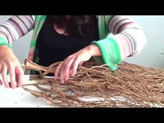In this video Catriona Pollard shows you how to make a random weave basket/sculpture using Bangalow Palm inflorescences. About Catriona Pollard Catriona uses. Palm Tree Crafts, Palm Tree Art, Raffia Crafts, Handmade Crafts, Diy Crafts, Palm Frond Art, Natural Weave, Nature Crafts, Homemade Gifts