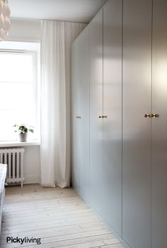 Pelle Lundquist Vintage modern mix home wardrobes in bedroom Wardrobe Wall, Wardrobe Door Designs, Wardrobe Design Bedroom, Modern Bedroom Decor, Gray Bedroom, Home Bedroom, Closet Bedroom, Beautiful Interior Design, Home Remodeling