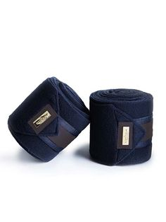 Now we have launched new bandages to our amazing saddle pad 'Royal Classic'!Gorgeous quality fleece bandages. Luxurious details in gold and in dark brown that never goes out of fashion.Is sold in a package of four. These bandages will never go out of style! Type: Fleece BandagesColor: NavyDetail color: Dark BrownMetal Badge: GoldLength: 4 metresPieces: 4Wash in 30° degrees, No tumble dry
