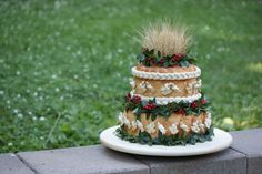 Two-tier korovai featuring kalyna Ukrainian Wedding Traditions, Coffee Shop Menu, Viburnum Opulus, Bread Art, Ukrainian Recipes, Pumpkin Spice Latte, Red Berries, Some Pictures, Table Decorations