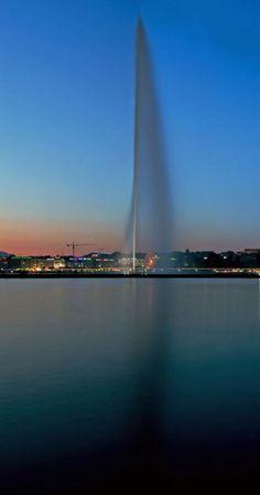 Geneva's spectacular Jet d'Eau shoots water 140 meters feet) into the sky. Water Shoot, Walk The Earth, Globe Travel, Travel Scrapbook, Geneva, Travel Photos, Fountain, Travel Destinations, Jet