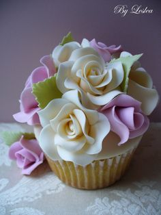 amazing detailed cupcake.....so pretty...
