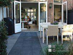In zowel de voor- als de achtertuin zijn cylindervormige wintergroene Steeneiken geplant. In de achtertuin zorgen ze voor privacy. De Leisierperen bij de achtererfgrens gaan ervoor zorgen dat het zicht op de achtergelegen woningen wordt verminderd Backyard, Patio, Decoration, Outdoor Decor, Porches, Garden Ideas, Gardens, Home Decor, Home Decoration