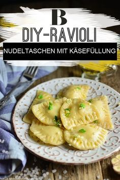 Ravioli Formaggio - Pasta Bags with Cheese Filling. You can easily make ravioli yourself and are sure to impress your guests! Here we fill the pasta with a vegetarian cheese filling made from parmesan Potato Pizza Recipe, Pizza Recipes, Crockpot Recipes, Dessert Recipes, Desserts, Vegetarian Cheese, Vegetarian Recipes, Canned Salmon Recipes, Sicilian Recipes