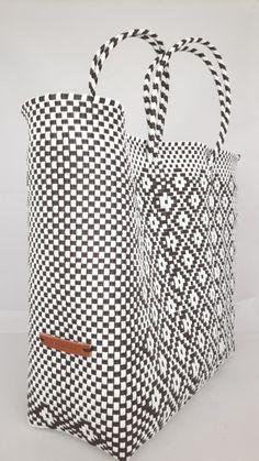 Hippe shopper L. Deze handgemaakte ibiza stijl bohemian chique hippe shopper - tas is uniek en een lust voor het oog.  De hippe shopper is van gerecycled kunststof en daarom water resistent, licht gewicht, kleurvast, hip en duurzaam.