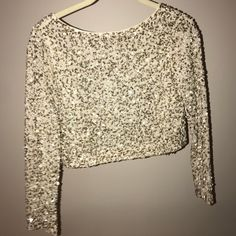 Shop Women's Alice + Olivia White Gold size 4 Crop Tops at a discounted price at Poshmark. Description: Beautiful Alice and Olivia crop too with long sleeves. Beading detail in golden tones. Fully lined with zipper up the back. Never worn with original tags. In perfect condition!. Sold by rosie_mc. Fast delivery, full service customer support.