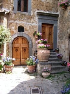 Beautiful rustic italian home decoration ideas Italian Garden, Italian Villa, Italian Courtyard, Italian Style Home, Italian Cafe, Style Toscan, Rustic Italian Decor, Italian Home Decor, Rustic Feel