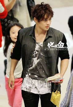 Kim Hyun Joong on his way to Japan for 'City Conquest' press conference at Budokan. That little girl has almost caught him. Korean Celebrities, Korean Actors, Celebs, Korean Star, Korean Men, Asian Men, Brad Pitt, Play Kiss, Leonard Dicaprio