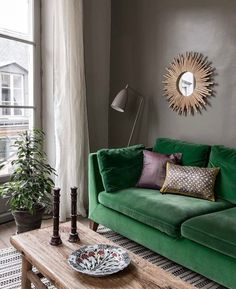 Painting small living room: color ideas - Painting: brown makes this living room more cozy Informations About Peinture petit salon : idées co - Living Room Green, Living Room Paint, Small Living Rooms, Living Room Sofa, Apartment Living, Interior Design Living Room, Living Room Designs, Living Room Decor, Attic Apartment