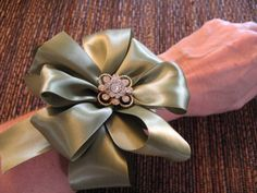 How to make a bow steps #tutorial Ribbon Bracelets, Bow Bracelet, Bracelet Tutorial, Bow Tutorial, Gift Wrapping Bows, Wrapping Presents, Gift Bows, Save On Crafts, Fun Crafts