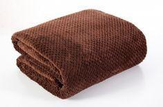 Deka Ricky hnedá je dostupna v 4 rozmeroch: 70x140, 150x200, 170x210 alebo 220x240 cm.
