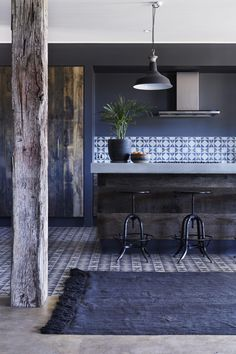 Love this rustic kitchen featuring cement tiles and bench top and timber details with overdyed turkish rug from Tigmi Trading. ❤️