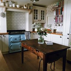 This Ivy House : Photo Omg I want this to be my kitchen! Cozy Kitchen, Country Kitchen, Kitchen Dining, Kitchen Decor, Rustic Kitchen, Kitchen Island, Dining Table, Kitchen White, Kitchen Cupboards