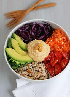 Salade composée : avocat, chou rouge, carotte, tomates, riz et houmous