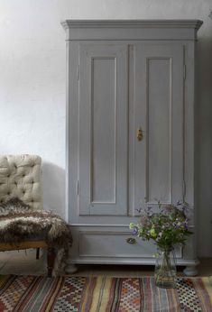 Vackert gammalt skåp i grått 11200 Wardrobe Furniture, Grey Furniture, Find Furniture, Antique Furniture, Painted Furniture, Beautiful Interior Design, Bathroom Interior Design, Farmhouse Style Furniture, Scandinavian Style Home