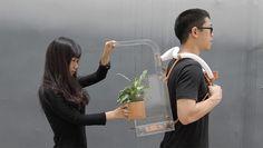 絶えず変化し続ける惑星をサバイブするには。植物ボンベを背負いがれきの中を行く女性。 chiu chih's survival kit for the ever-changing planet