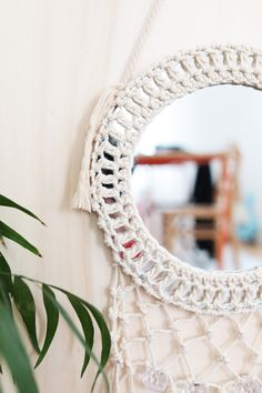 DIY decor: dress up a round macrame mirror Round Mirror With Rope, Round Mirrors, Macrame Mirror, Mirror Mirror, Boho Style Decor, Mirror Crafts, Macrame Projects, Macrame Tutorial, Diy Décoration