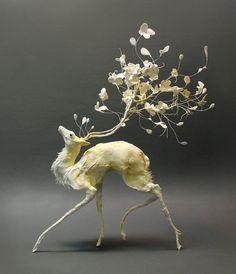 シカと花の彫刻アート