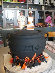 Potjie Pot shaped wedding cake with Bride & Groom African Wedding Cakes, Unusual Wedding Cakes, Wedding Cake Images, Beautiful Wedding Cakes, African Traditional Wedding, Traditional Wedding Cakes, Traditional Cakes, Africa Cake, Cupcake Tower Wedding
