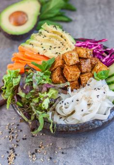 These banh mi bowls with sticky tofu are a take off on the traditional Vietnamese sandwich with a healthy twist! They& vegan and gluten-free! Buddha Bowl Vegan, Bo Bun, Whole Food Recipes, Cooking Recipes, Vegetarian Recipes, Healthy Recipes, Tofu Recipes, Healthy Tips, Vegetarian