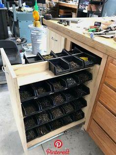 Garage Workshop Organization, Garage Tool Storage, Workshop Storage, Garage Tools, Workshop Ideas, Organization Ideas, Workbench Organization, Wood Workshop, Workshop Design