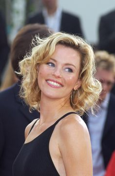 Trendy Medium Length Curls Hairstyle with Gold Hair Color for Women - Elizabeth Banks Elizabeth Banks Hair, Liz Banks, Curls For Medium Length Hair, Gold Hair Colors, For Elise, Blonde Curly Hair, Hair Color For Women, She Is Gorgeous, Beautiful Women