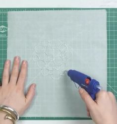 Put hot glue on baking parchment and wait until it dries. Craft Tutorials, Diy Projects, Glue Art, Diy And Crafts, Paper Crafts, Gelli Plate Printing, Diy For Kids, Sewing Crafts, Christmas Diy