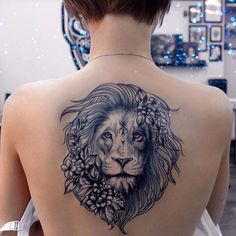 Tatouage dos lion femme
