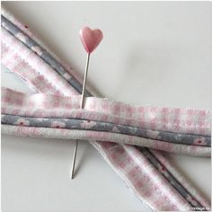 Sew on piping tape - Nähen Tipps und Tricks - Crafts Sewing Basics, Sewing Hacks, Sewing Tutorials, Sewing Patterns, Love Sewing, Baby Sewing, Embroidery Techniques, Sewing Techniques, Fabric Crafts