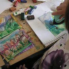 Kurz Enkaustika 27.6. 19:00 - 21:00 Vytvoríme si abstraktné obrázky, snové krajinky, žiarivé kvety so žehličkou a farebnými voskami na špeciálny lesklý papier. Pri maľovaní žehličkou môžeme meniť štruktúry, vzory podľa chuti a nálady, pri každom pohybe na papieri vzniká nový obrázok. Meniť sa dá donekonečna so zámerom alebo za pomoci náhody. Skúsenejší si môžu vyskúšať tvorbu rôzych námetov na pevný drevený podklad so žehličkou alebo s enkaustickým perom s násadkami pre detaily. www.ziv.sk