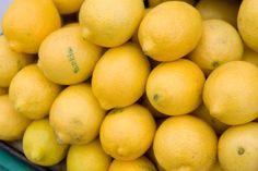 Denti bianchi, unghie forti, pelle luminosa e labbra morbide: cos'hanno in comune? Il trattamento di bellezza a base di limone!  Ecco 10 modi per utilizzare il limone che proprio non vi aspettavate.