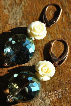 Orecchini realizzati a mano. Rose avorio e cristalli verde-azzurro. Handmade earings, avory roses and light-blue green beads.