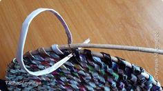 """Доброго времени, Страна Мастеров! Рецепт пропорций для имитации  техники плетения из корня. Материалы: Каталог """"Орифлейм"""", газетные трубочки. Инструменты: Бокорезы, спица2.0, клей карандаш. фото 9 Newspaper Basket, Newspaper Crafts, Recycled Magazines, Recycled Crafts, Paper Weaving, Tapestry Weaving, Crafts For Teens, Diy And Crafts, Diy Papier"""