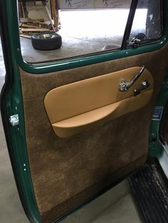 simple and clean vintage looking brown leather interior pic 2