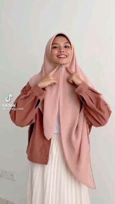 tiktok: @/januaryjune0 Tutorial Hijab Wisuda, Pashmina Hijab Tutorial, Simple Hijab Tutorial, Hijab Style Tutorial, Street Hijab Fashion, Fashion Outfits, Gown Party Wear, Muslim Women Fashion, Casual Hijab Outfit