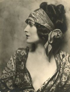 1920s hair...this could be so original if you used white satin as the scarf!
