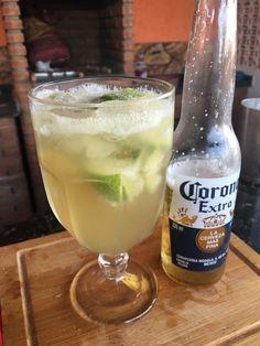 Essa é a caipirinha com cerveja Corona, gostosa e refrescante, fácil de fazer.  Você vai precisar de:  INGREDIENTES - 1 limão - 2 colheres de açúcar - gelo - 60 ml de cachaça - 1 cerveja Corona Fake History, Alcoholic Drinks, Cocktails, Drink Photo, Smoking Recipes, Food Snapchat, Mood Pics, Food Photo, Whisky