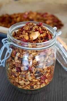Granola raisins cranberries - The Mona Project breakfast and brunch Granola à tomber par terre Vegan Granola, Granola Cereal, Gourmet Recipes, Sweet Recipes, Bread Recipes, Vegan Recipes, Dessert Recipes, Batch Cooking, Snacks