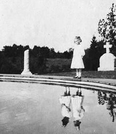 This is from a book called mrs peregrines home for peculiar children. It's not a scary book. It has creepy pictures but it's not creepy. This is not a paranormal photo. Creepy Vintage, Peculiar Children, Ghost Pictures, Creepy Pictures, Creepy Stories, Haunted Places, Belle Photo, Dark Side, Weird
