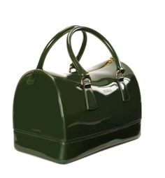 Bolso verde de Furla (190 euros) estilo doctor bag en PVC. Ideal para los días de lluvía.