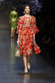 dolce and gabbana ss 2014 women fashion show runway 68 zoom Passion For Fashion, Love Fashion, Retro Fashion, Fashion Show, Fashion Outfits, Womens Fashion, Fashion Design, Fashion Clothes, Mother Of The Bride Fashion