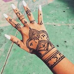 Henna tattoos While traditional mehndi is synonymous with Indian weddings, many modern Indian brides have started opting for contempo. Henna Tattoo Hand, Henna Tattoo Designs, Hena Tattoo, Henna Mehndi, Henna Art, Mehendi, Henna Hand Designs, Henna On Hand, Hand Tats