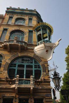 'De Vijf Werelddelen', die werd opgetrokken in 1901 in art-nouveaustijl. Architect F. Smet-Verhas tekende de plannen in opdracht van scheepsbouwer F. Roels.