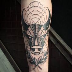 sternzeichen-tattoo-stier-geometrisch-unterarm