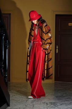 Fendi Resort 2020 Fashion Show - Vogue Fashion Week, Fashion 2020, Runway Fashion, High Fashion, Fashion Trends, Karl Lagerfeld, Vogue Russia, Fashion Show Collection, Mode Inspiration