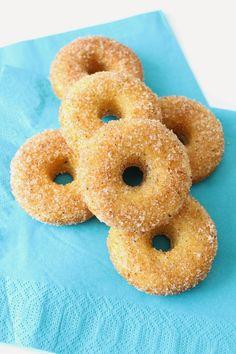 Pienet herkkusuut: Ne parhaat uunissa tehtävät donitsit! Doughnut, Food And Drink, Desserts, Baking Ideas, Tailgate Desserts, Deserts, Dessert, Food Deserts