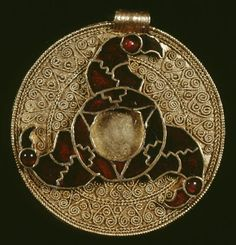 Pendant Anglo-Saxon, century The British Museum Circular sheet gold pendant with a beaded wire rim and corrugated suspension loop. Three cloisonné birds' heads with cabochon garnet eyes, … Medieval Jewelry, Viking Jewelry, Ancient Jewelry, Medieval Art, Antique Jewelry, Viking Symbols And Meanings, Collier Antique, Vikings, Celtic Art